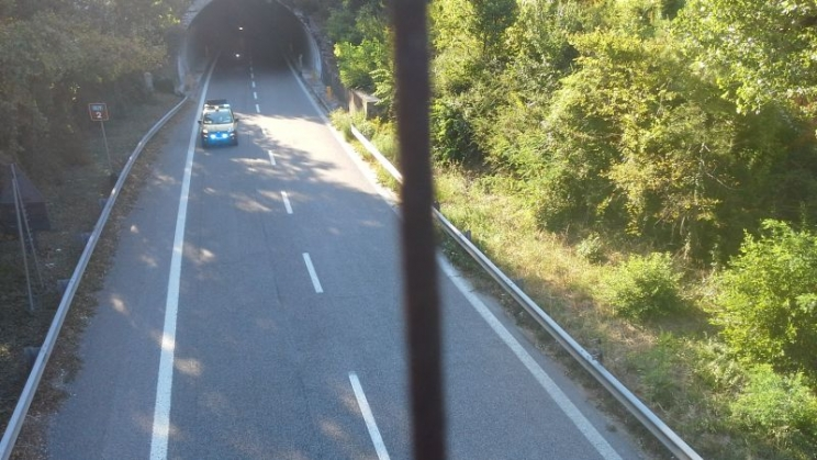 Superstrada 77, scontro tra auto e moto in galleria