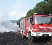 Vasto incendio di sterpaglie sulla SS77 chiusa per circa due ore